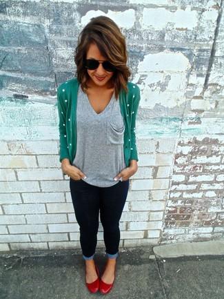 Come indossare: cardigan verde, t-shirt con scollo a v grigia, jeans aderenti blu scuro, ballerine in pelle rosse