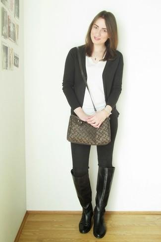 Come indossare e abbinare: cardigan nero, t-shirt con scollo a v bianca, jeans aderenti neri, stivali al ginocchio in pelle neri