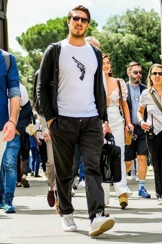 Come indossare e abbinare un bracciale con perline giallo: Vestiti con un cardigan grigio scuro e un bracciale con perline giallo per un look comfy-casual. Opta per un paio di sneakers basse in pelle bianche per mettere in mostra il tuo gusto per le scarpe di alta moda.