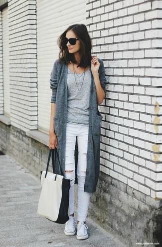 Come indossare: cardigan lavorato a maglia grigio, t-shirt girocollo grigia, jeans aderenti strappati bianchi, sneakers basse di tela bianche