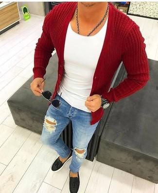 Come indossare e abbinare: cardigan rosso, t-shirt girocollo bianca, jeans aderenti strappati blu, mocassini con nappine in pelle neri