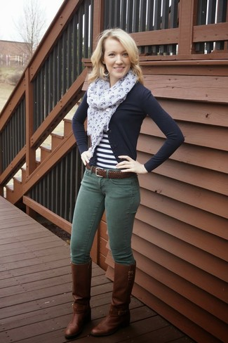 Come indossare e abbinare: cardigan nero, t-shirt girocollo a righe orizzontali bianca e nera, jeans aderenti verde scuro, stivali al ginocchio in pelle marrone scuro