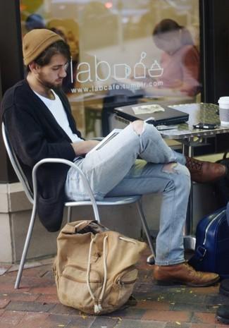 Come indossare e abbinare: cardigan nero, t-shirt girocollo bianca, jeans strappati azzurri, scarpe brogue in pelle marroni