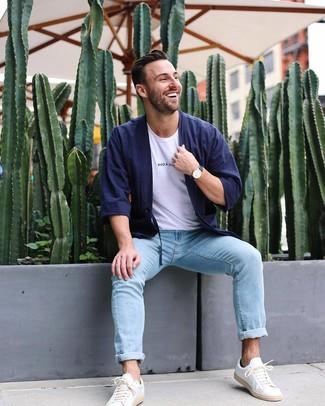 Come indossare e abbinare: cardigan blu scuro, t-shirt girocollo bianca, jeans azzurri, sneakers basse in pelle bianche