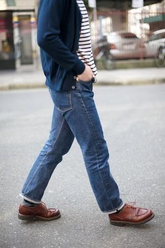 Come indossare e abbinare una t-shirt girocollo a righe orizzontali bianca e blu scuro: Scegli un outfit composto da una t-shirt girocollo a righe orizzontali bianca e blu scuro e jeans blu per un look perfetto per il weekend. Opta per un paio di scarpe derby in pelle marroni per un tocco virile.