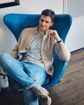 Trend da uomo 2020: Punta su una t-shirt girocollo grigia per un outfit rilassato ma alla moda.