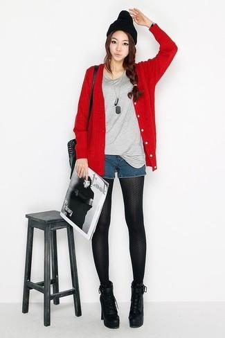 Come indossare e abbinare: cardigan rosso, t-shirt girocollo grigia, pantaloncini di jeans blu scuro, stivaletti con lacci in pelle pesanti neri
