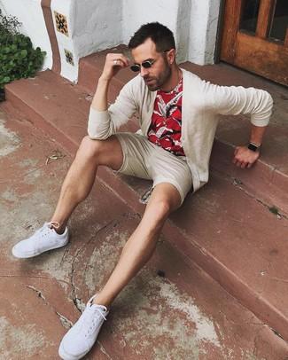 Come indossare e abbinare: cardigan beige, t-shirt girocollo stampata rossa, pantaloncini beige, sneakers basse di tela bianche