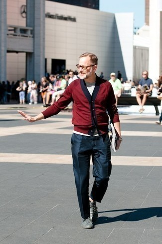 Trend da uomo 2020: Abbina un cardigan bordeaux con pantaloni eleganti blu scuro per un look elegante e alla moda. Per distinguerti dagli altri, mettiti un paio di sneakers basse in pelle grigie.
