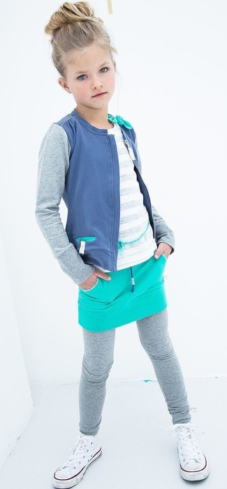 Come indossare: cardigan blu, t-shirt bianca, gonna acqua, leggings grigi