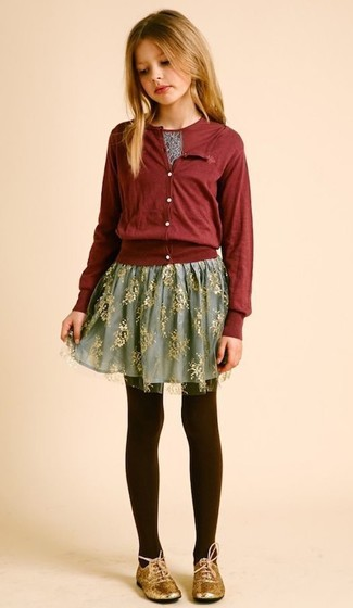 Come indossare e abbinare: cardigan bordeaux, t-shirt stampata bordeaux, gonna in tulle grigia, scarpe oxford dorate