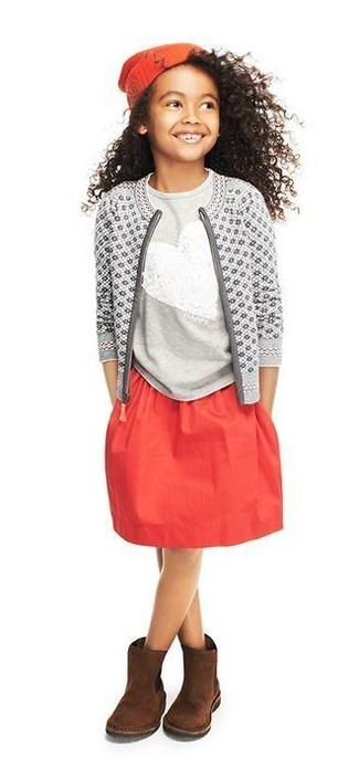 Come indossare: cardigan stampato grigio, t-shirt con paillettes grigia, gonna rossa, stivali ugg marrone scuro