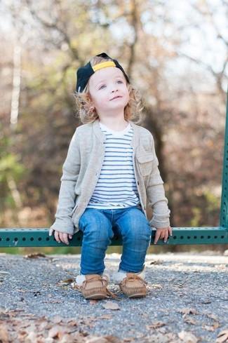 Come indossare: cardigan grigio, t-shirt a righe orizzontali bianca, jeans blu, scarpe da barca marroni