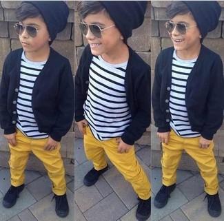 Come indossare: cardigan nero, t-shirt a righe orizzontali bianca e nera, pantaloni gialli, sneakers nere