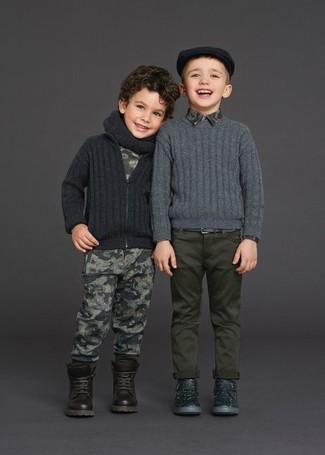 Come indossare: cardigan grigio scuro, t-shirt stampata grigia, pantaloni sportivi stampati grigi, stivali marrone scuro