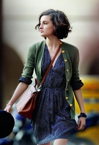 Come indossare e abbinare: cardigan verde scuro, gonna a pieghe a pois blu scuro, borsa a tracolla in pelle terracotta, orologio in pelle nero