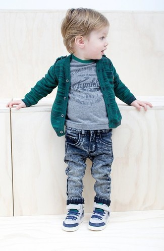 Come indossare: cardigan verde scuro, t-shirt grigia, jeans blu, sneakers bianche
