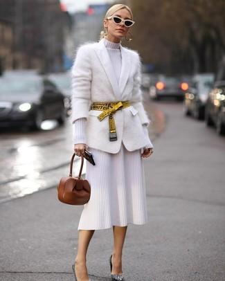Come indossare e abbinare: cardigan in mohair bianco, vestito a tubino lavorato a maglia bianco, décolleté con paillettes argento, pochette in pelle marrone