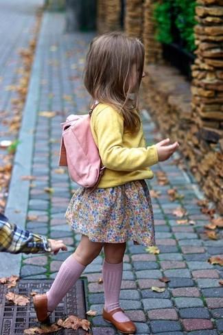 Come indossare: cardigan giallo, vestito rosa, ballerine marroni, zaino rosa
