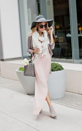 Come indossare: cardigan grigio, vestito lungo rosa, stivaletti in pelle scamosciata grigi, borsa shopping in pelle grigia