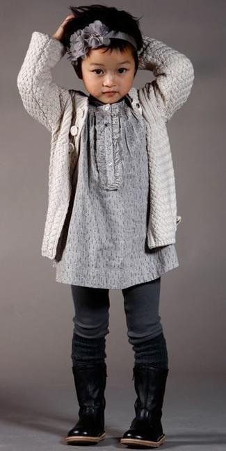 Come indossare: cardigan beige, vestito grigio, stivali in pelle neri, cerchietto grigio