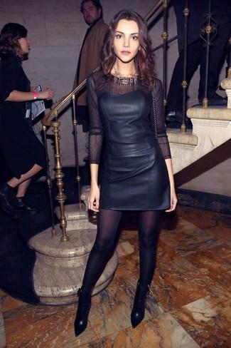 Coniuga un corsetto in pelle nero con una minigonna in pelle nera per un outfit comodo ma studiato con cura. Abbellisci questo completo con un paio di stivaletti in pelle neri.