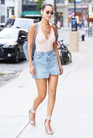Come indossare e abbinare: costume da bagno bianco, minigonna di jeans azzurra, sandali con tacco elasticizzati beige, zaino trapuntato azzurro