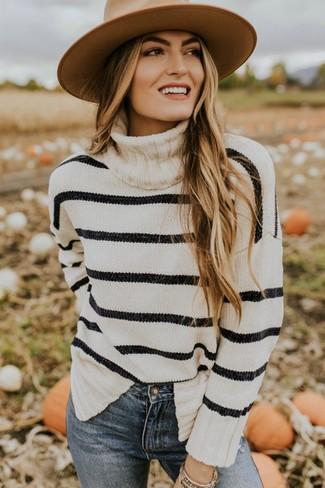 Trend da donna 2020: Potresti combinare un dolcevita a righe orizzontali bianco e nero con jeans aderenti blu per un look raffinato per il tempo libero.
