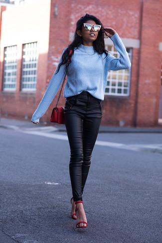 Come indossare e abbinare: dolcevita azzurro, pantaloni skinny in pelle neri, sandali con tacco in pelle rossi, borsa a tracolla in pelle rossa