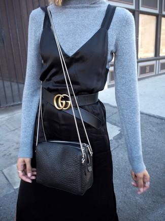 Come indossare: dolcevita azzurro, sottoveste di raso nera, borsa a tracolla in pelle nera, cintura in pelle nera
