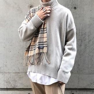Come indossare e abbinare: dolcevita lavorato a maglia beige, camicia elegante bianca, pantaloni eleganti marrone chiaro, sciarpa scozzese marrone chiaro