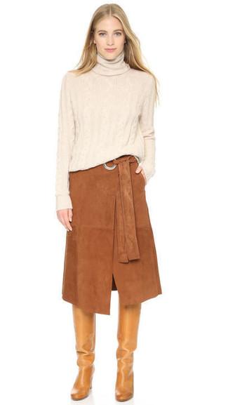 Come indossare e abbinare: dolcevita beige, gonna longuette in pelle scamosciata marrone, stivali al ginocchio in pelle marrone chiaro