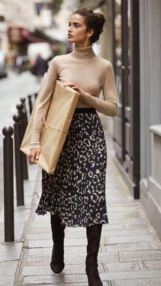Come indossare: dolcevita beige, gonna longuette leopardata nera, stivali al ginocchio in pelle scamosciata neri
