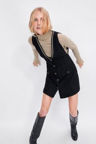 Come indossare e abbinare: dolcevita beige, scamiciato nero, stivali al ginocchio in pelle neri