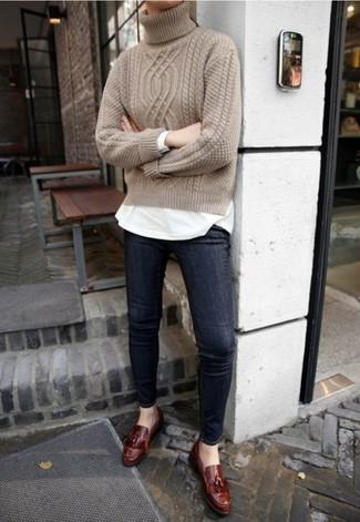 Come indossare: dolcevita lavorato a maglia beige, t-shirt manica lunga bianca, jeans aderenti blu scuro, mocassini con nappine in pelle marrone scuro
