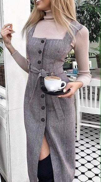 Come indossare: dolcevita beige, vestito a tubino di lana grigio scuro, stivali sopra il ginocchio in pelle scamosciata neri