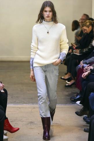 Come indossare e abbinare: dolcevita di lana lavorato a maglia bianco, camicia elegante azzurra, jeans azzurri, stivaletti in pelle bordeaux