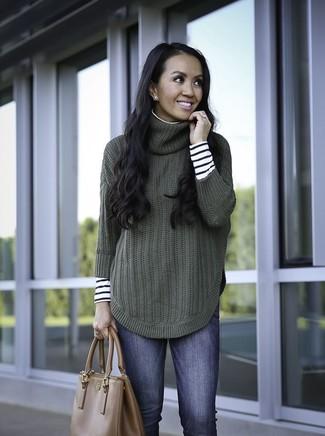 Come indossare e abbinare una borsa shopping in pelle marrone: Scegli un dolcevita a righe orizzontali bianco e nero e una borsa shopping in pelle marrone per un look comfy-casual.