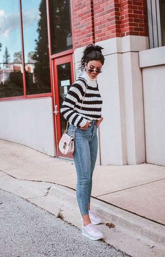 Come indossare: dolcevita a righe orizzontali bianco e nero, jeans aderenti azzurri, sneakers basse in pelle rosa, borsa a tracolla in pelle rosa