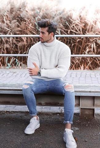 Come indossare: dolcevita lavorato a maglia bianco, jeans aderenti strappati blu, sneakers basse in pelle bianche, orologio argento