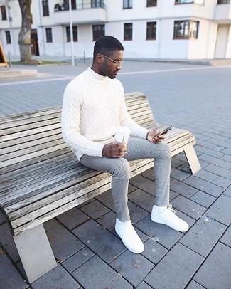 Come indossare: dolcevita lavorato a maglia bianco, pantaloni eleganti a quadri grigi, sneakers basse in pelle bianche, calzini bianchi
