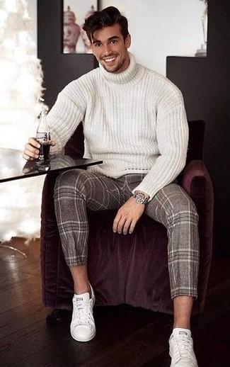 Come indossare: dolcevita di lana lavorato a maglia bianco, pantaloni eleganti di lana scozzesi marroni, sneakers basse in pelle bianche, orologio argento