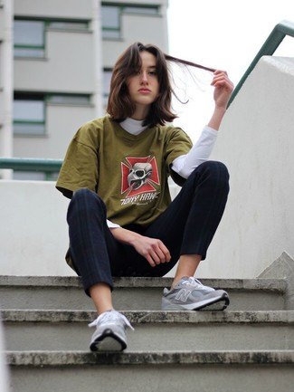Trend da donna 2020: Scegli un dolcevita bianco e pantaloni skinny neri per un look semplice ed elegante. Se non vuoi essere troppo formale, mettiti un paio di scarpe sportive grigie.