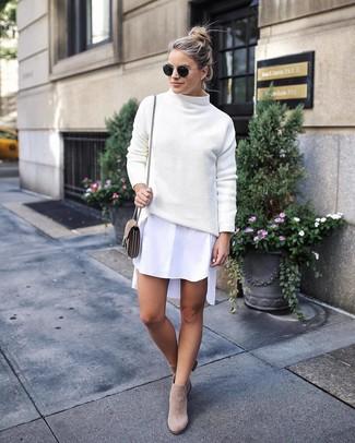 Come indossare: dolcevita lavorato a maglia bianco, vestito chemisier bianco, stivaletti in pelle scamosciata beige, borsa a tracolla in pelle scamosciata beige