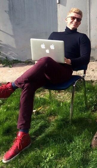 Look di Alexander Zaytsev: Dolcevita blu scuro, Jeans bordeaux, Sneakers alte in pelle rosse, Calzini blu scuro
