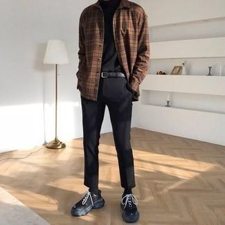 Trend da uomo 2021 in autunno 2021 in modo casual: Punta su un dolcevita nero e chino neri per un pranzo domenicale con gli amici. Per distinguerti dagli altri, scegli un paio di scarpe sportive nere come calzature. Una buona idea per un look autunnale!