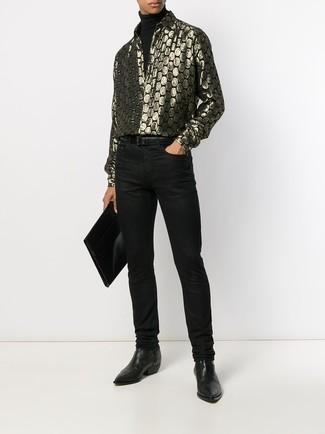 Come indossare e abbinare: dolcevita nero, camicia a maniche lunghe stampata dorata, jeans neri, stivali chelsea in pelle neri