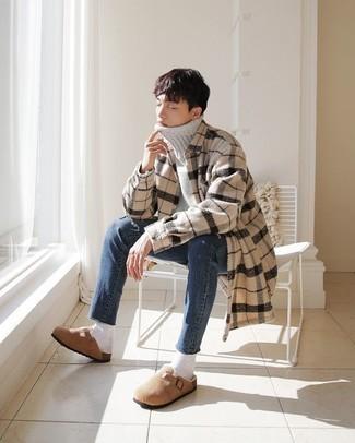 Moda ragazzo adolescente: Potresti indossare un dolcevita di lana grigio e jeans blu per un look trendy e alla mano. Opta per un paio di mocassini eleganti in pelle scamosciata marrone chiaro per dare un tocco classico al completo.