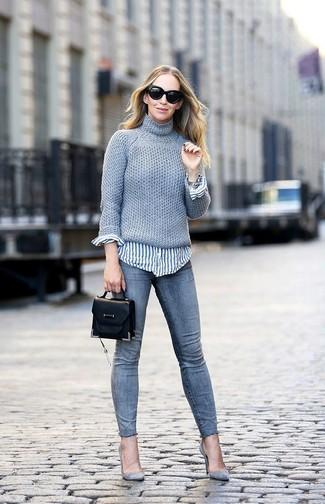 Come indossare: dolcevita lavorato a maglia grigio, camicia elegante a righe verticali bianca e blu, jeans aderenti grigi, décolleté in pelle scamosciata grigi