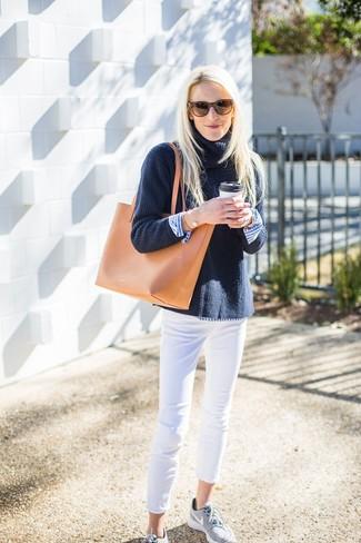 Come indossare e abbinare jeans aderenti bianchi: Indossa un dolcevita lavorato a maglia blu scuro con jeans aderenti bianchi per un outfit che si fa notare. Abbina questi abiti a un paio di scarpe sportive grigie.